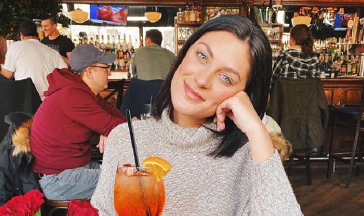 """Michele Fitzgerald """"width ="""" 750 """"height ="""" 445 """"/> <br /> Née le 5 mai 1990, Michelle Fitzgerald était consultante en voyages quand elle ne joue pas à la télé-réalité, comme la tristement célèbre émission de survie, <em> Survivor </em>. Fitzgerald a joué le jeu pendant la 32e saison, mais avant de se lancer dans le voyage de sa vie, elle est restée occupée dans sa vie quotidienne avec travail, qui comprenait une variété de domaines et d'emplois, dont certains comprenaient l'industrie hôtelière. Fitzgerald a grandi dans votre famille moyenne, avec sa mère Linda, son père Ralph, et un frère et une sœur. Elle peut avoir eu l'impression que sa vie était assez moyenne avant de gagner une place sur <em> Survivor <i> Kaôh Rōng </i></em> mais c'est tout sauf moyen maintenant. Beaucoup de gens reconnaissent Michelle Fitzgerald dans la série, et c'est parce qu'elle est celle qui s'est éloignée le grand prix et le titre de seul survivant. Si vous êtes fan de l'infâme spectacle de compétition et de survie féroce, vous savez peut-être déjà qui elle est. Mais voici 10 choses que vous ne saviez pas sur Michelle Fitzgerald. <br /> Fitzgerald a été choisi comme l'un des 18 candidats à apparaître sur Survivor <i> Kaôh Rōng. </i> Cette saison, le thème de l'émission était, cerveau, contre musclé, contre beauté, ce qui signifiait que vous étiez choisi pour votre tribu en fonction de la catégorie qui vous convenait. Fitzgerald est tombé dans la catégorie beauté et a été affecté à la tribu Gondol pour commencer. <br /> Malgré son apparition dans le 32e épisode de la populaire émission de survie, l'épisode de Fitzgerald a en fait été filmé avant le 31e épisode. Les deux épisodes ont été tournés consécutivement au même endroit. Ils viennent tout juste de diffuser le prochain épisode filmé, Survivor Cambodia, d'abord. <br /> Fitzgerald avait plusieurs raisons de vouloir essayer pour <em> Survivor </em>. Dans une interview sur ses raisons pour soumettre une candidature, elle explique commen"""